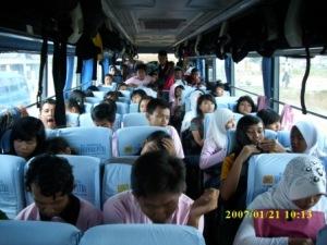 Bis Mulai Bergerak Meninggalkan Halaman Depan SMA  Cepiring