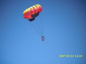 Dengan uang 80 Ribu anda dapat menikmati Kegiatan parasailing yang sangant menantang ini