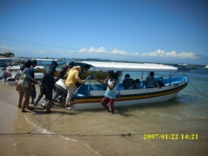 Rombongan SMA Cepiring dengan Perahu Motor Menyeberang Menuju Pulau Penyu