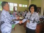 Beri Selamat: Agnes Luhjati (kanan) dalam tumpengan bersama kepala sekolah.
