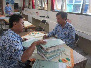 Aris Gunawan, S.Pd (kanan) selaku waka sarpras