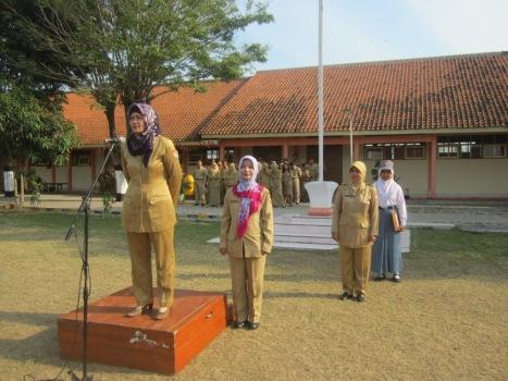 SELAMAT JALAN: Bu Riskah (berdiri di mimbar) bersama bu Mulyani (tengah) di dampingi kepala sekolah Dra. Endang Widarti, dalam upacara tadi pagi (15/9).