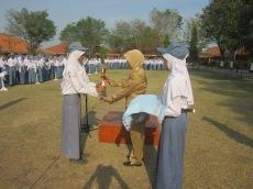 BASKET: perwakilan siswa menyerahkan piala penghargaan kepada sekolah
