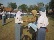 TERGIAT: siti choiriyah ulfa menerima penghargaan dari perpustakaan oleh epala sekolah