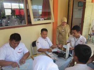 CEK DARAH: Kepala Sekolah, Dra. Endang Widarti, M.Par, menyaksikan anak didiknya donor darah.