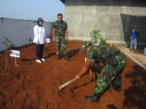 Kepala Sekolah Dra. Endang Widarti, M.Par (kiri) saat penanam pohon, tadi (21/11) pagi.