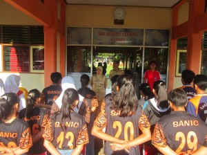 APEL PAGI: peserta popda mendapat pengarahan dari kepala sekolah Dra. Endang Widarti, M.Par di aula depan sekolah jelang menuju tempat pertandingan.