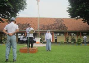 Semangat Dedikasi: Drs. Sugeng Tirtorejo saat pembinaan dalam upacara Hari Guru (25/11).